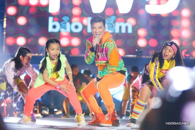 Ông hoàng nhạc Việt cũng biểu diễn 3 ca khúc trong chương trình: Xin lỗi tình yêu, Một mình có sao đâu, Hello...