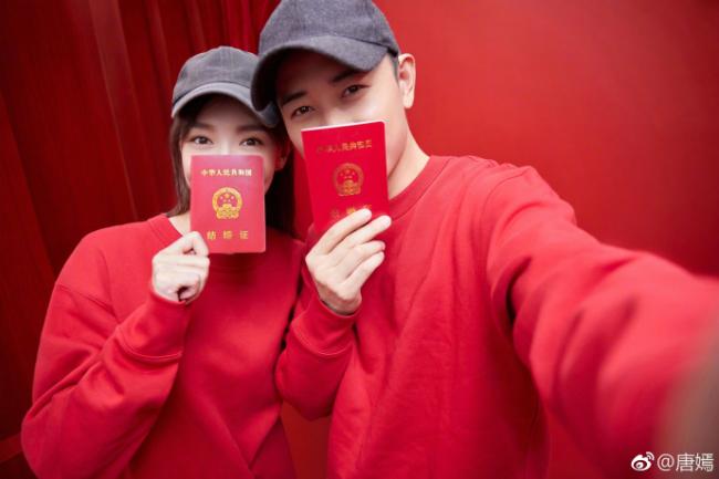 Sáng 28/10, Đường Yên chia sẻ ảnh cầm trên tay giấy đăng ký kết hôn, cô viết: Cô dâu là tôi. La Tấn cũng viết trên Weibo: Chú rể là tôi. Theo trang 163, cặp sao nổi tiếng tổ chức đám cưới tại Vienna, Áo hôm nay 28/10. Một ngày trước đó, hai người đã thết tiệc bạn bè trong một lâu đài cổ kính, nơi sẽ chính thức diễn ra tiệc cưới.