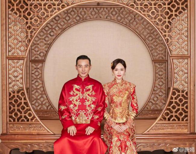 Cặp đôi mặc áo cưới truyền thống. Hai bộ đồ được thêu tay bởi nhà thiết kế nổi tiếng Guo Pei.Riêng váy của Đường Yên mất khoảng 4.506 giờ để thêu thủ công và cắt may, trong khi áo của chú rể có phần đơn giản hơn. Ngoài trang phục truyền thống, tân lang, tân nương mặc trang phục cưới hiện đại của các thương hiệu quốc tế.
