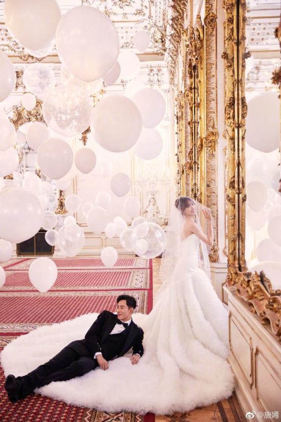 Một nguồn tin cho hay, hôn lễ chỉ có sự hiện diện của người thân, họ hàng hai bên, khách mời không được mang điện thoại vào dự tiệc. Tất cả trợ lý đều phải ký cam kết giữ bí mật các thông tin về đám cưới.