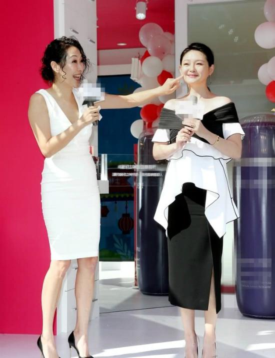 Từ Hy Viên được khen không chỉ vóc dáng đẹp, mà còn là làn da mượt mà. Cô tiết lộ rằng con trai thường sờ má mẹ thích thú, nhưng với chồng thì cô luôn yêu cầu... phải rửa tay trước đã.