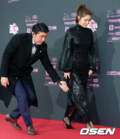 Cuối cùng, một nhân viên phải giúp Kim Syung Ryung nâng váy từ sảnh vào tới thảm đỏ.