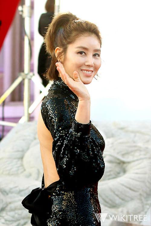 Bất chấp một chút phiên toái với váy áo, ngôi sao Hàn vẫn rất đẹp và tự tin.