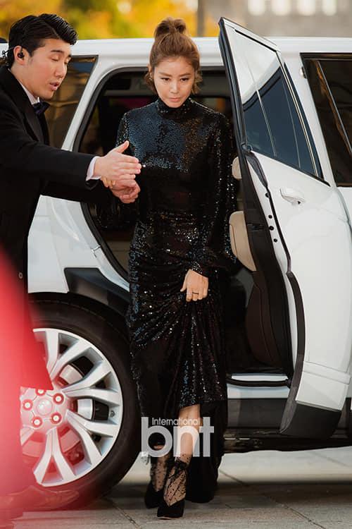 Chiều 27/10, diễn viên, Hoa hậu Hàn Quốc 1988 Kim Sung Ryung dự thảm đỏ Seoul Awards. Ngôi sao Hàn thu hút sự chú ý của cánh báo chí, quan khách với vẻ đẹp quên tuổi. Bộ đầm ánh sequin lấp lánh giúp cô khoe lưng trần, vóc dáng nuột nà bất chấp tuổi 51.Lễ trao giải Seoul Awards lần thứ 2 diễn ra tại sảnh của Đại học Kyung Hee, với sự tham gia của hàng trăm ngôi sao. Sự kiện do tờ Sports Seoul tổ chức, trao giải cho các nghệ sĩ có đóng góp tích cực cho làng giải trí trong một năm vừa qua.