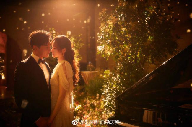Hình ảnh tiệc tối của đôi uyên ương được hé lộ trên Weibo. Khung cảnh bữa tiệc lãng mạnnhư trong cổ tích.