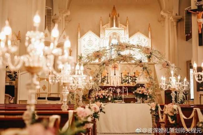 Khung cảnh lễ đường nơi sẽ diễn ra tiệc cưới tối 28/10.