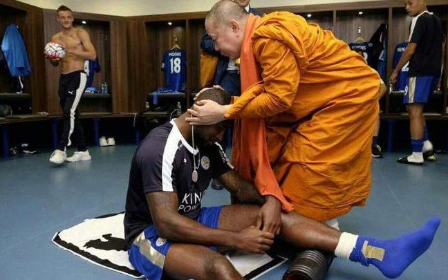 Các nhà sư Thái ban phước cho cầu thủ Leicester City mùa giải 2016. Năm đó họ giành chức vô địch Ngoại hạng Anh. Ảnh: BBC.