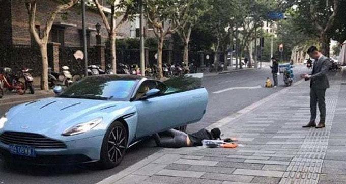 Cô gái họ Yu giả ngã sấp mặt trên đường phố Thượng Hải để người khác chụp ảnh hôm 12/10. Ảnh: Btime.com.