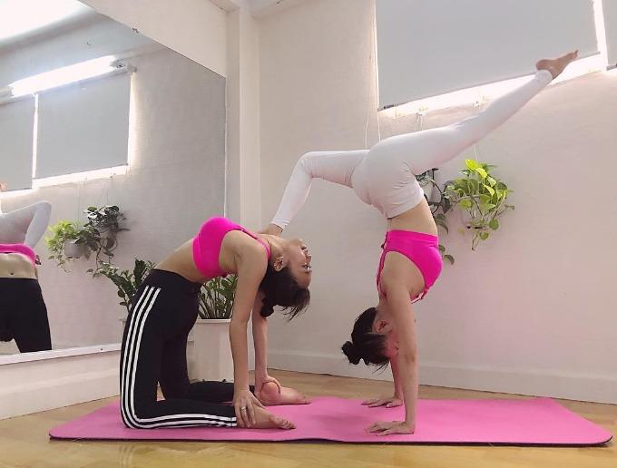 Sĩ Thanh và Diệu Nhi chăm chỉ tập yoga.