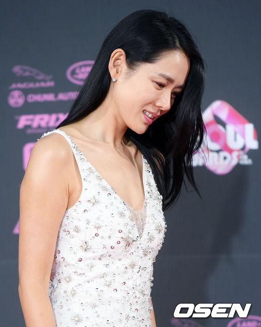Son Ye Jin nữ tính, duyên dáng. Năm nay, cô được vinh danh là Nữ diễn viên chính xuất sắc hạng mục Phim điện ảnh, với tác phẩm Be with You.