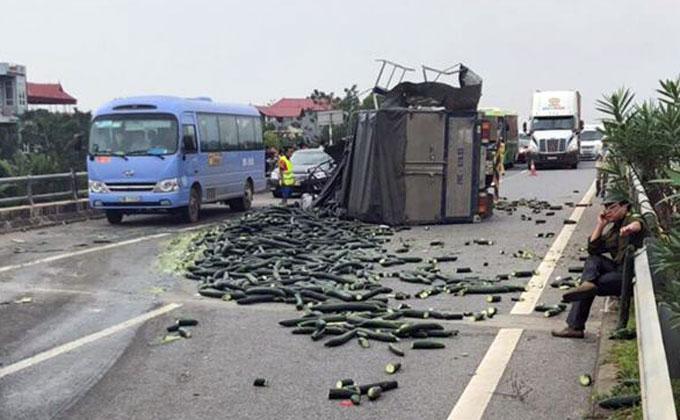Sau tai nạn, xe tải chở bí lật nghiêng và chắn ngang cao tốc. Ảnh.Sơn Tuyến
