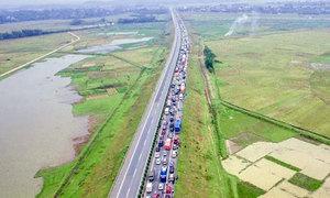 Xe tải đâm đuôi xe khách, cao tốc Nội Bài-Lào Cai tắc gần 20 km