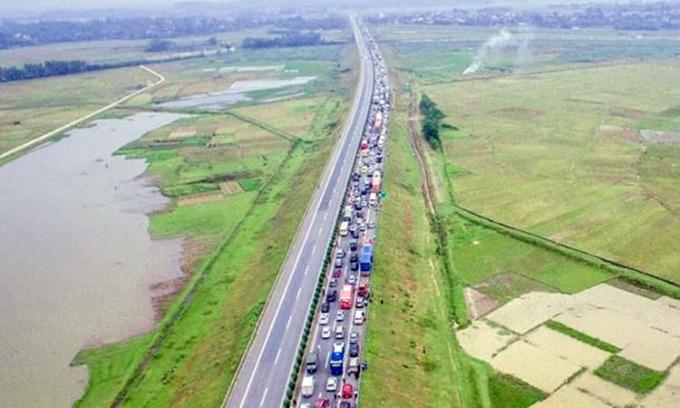Cao tốc Nội Bài Lào Cai ùn tắc kéo dài theo hướng về Hà Nội. Ảnh: Otofun