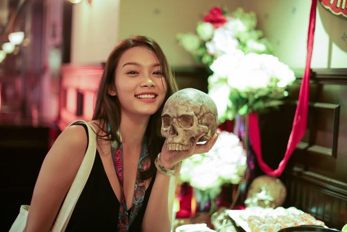 Từng có nhiều vai diễn rùng rợn trên màn ảnh rộng, nữ diễn viên 21 tuổi không hề tỏ ra sợ hãi trước những đạo cụ kinh dị của sự kiện Halloween Horror Nights 8.