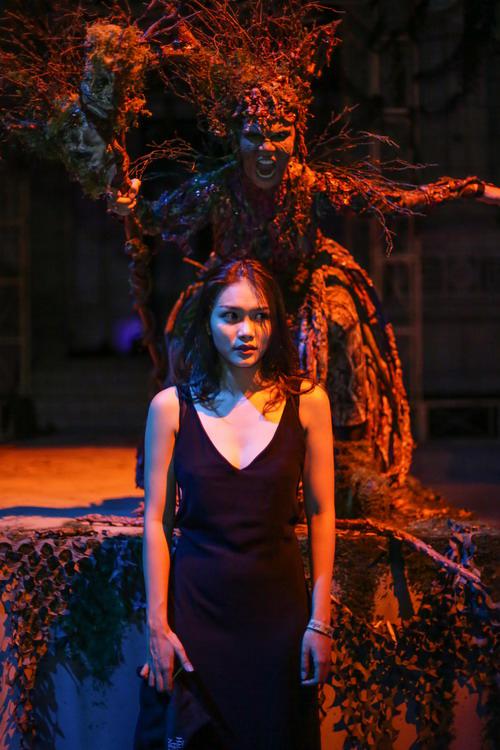 Thanh Tú diễn xuất bên cạnh một ma cây trong bãi tha ma của sự kiện. Ở phim Người bất tử của đạo diễn Victor Vũ mới đây, người đẹp 21 tuổi cũng có một cảnh bị ma nhập.
