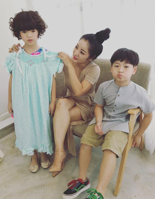 Thúy Nga đưa con gái đi chụp ảnh thời trang thiếu nhi. Bé Nguyệt Cát lần đầu có dịp làm mẫu cùng con trai lớn của vợ chồng diễn viên Lâm Vỹ Dạ - Hứa Minh Đạt.