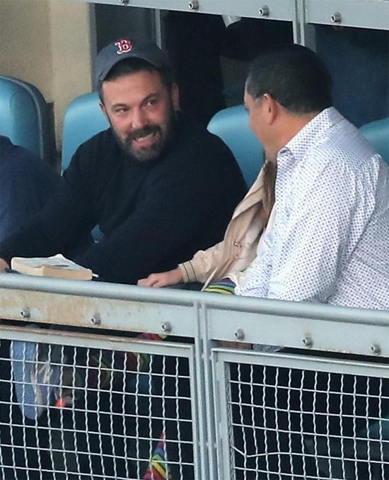 Vào chiều thứ bảy, 27/10, Ben Affleck và Jennifer Garner cũng gặp nhau để đưa các con đi xem bóng chày ở Los Angeles. Tài tử 46 tuổi đang bận rộn đóng phim mới nhưng vẫn cố gắng dành thời gian bên con trong ngày cuối tuần.