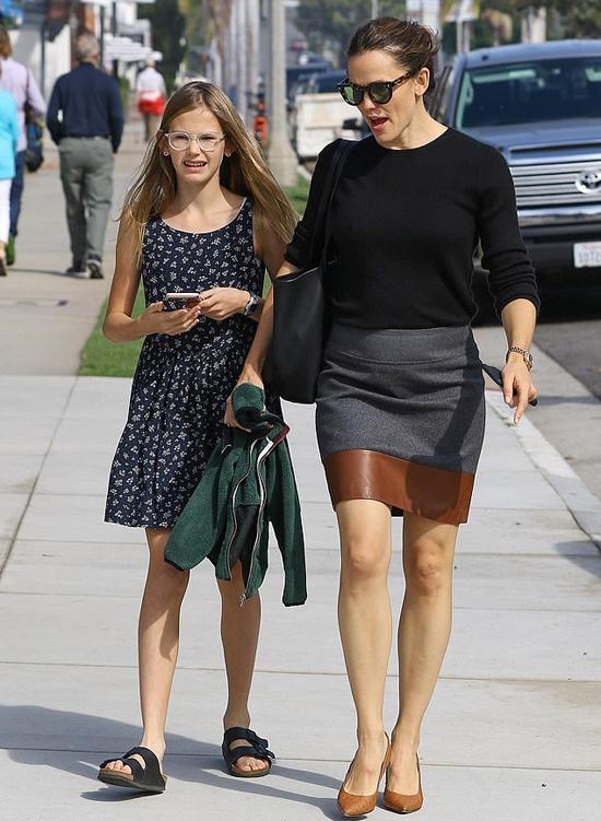 Jennifer Garner sánh đôi với con gái đầu lòng Violet, tránh đi cạnh chồng cũ.