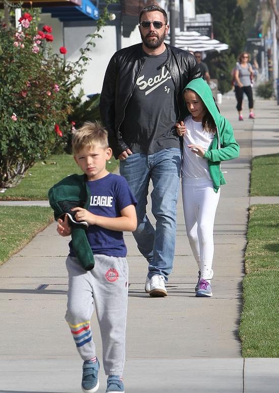 Ben Affleck cùng vợ cũ và các con tới nhà thờ hôm chủ nhật, 28/10. Sau thời gian đi cai rượu, Ben đã trở về khỏe mạnh và tỉnh táo.