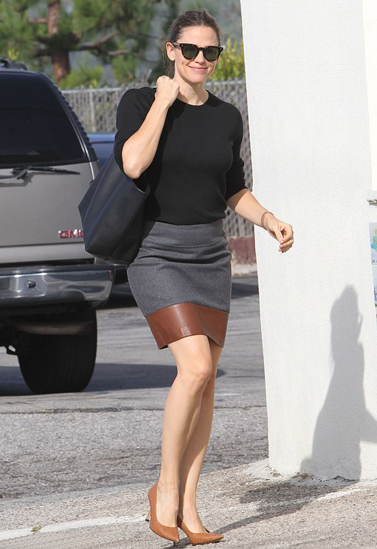 Jennifer Garner gần đây bắt đầu hẹn hò trở lại. Theo Us Weekly, bạn trai mới của cô là doanh nhân giàu có John Miller - chủ sở hữu chuỗi nhà hàng toàn cầu CaliBurger. John Miller cũng từng trải qua một cuộc hôn nhân đổ vỡ và có hai người con.