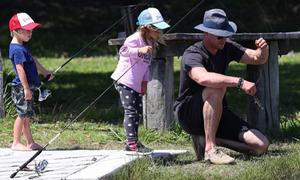 Rời phim trường, Chris Hemsworth lại là ông bố ba con đảm đang