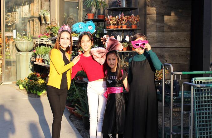 Linh Nga cho biết, mẹ cô vừa từ Việt Nam sang Mỹ sống cùng con gáivà hai cháu ngoại nên mỗi dịp cuối tuần, cô luôncố gắng đưa cả gia đình đi chơi để mọi người dành thời gian cho nhau. Dù còn ít ngày nữa mới đến Halloween nhưng nữ diễn viên