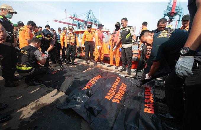 Thi thể các nạn nhân vụ rơi máy bay ở Indonesia sáng 29/10được đội cứu hộ trục vớt. Ảnh: EPA.