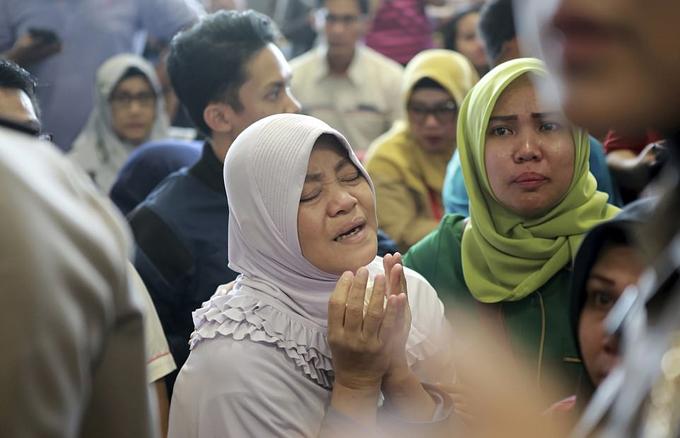 Người thân đau xót, cầu nguyện cho các nạn nhân trên chuyến bay JT-610. Ảnh: AP.