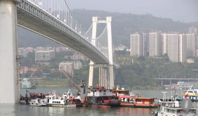 Lực lượng cứu hộ trục vớt và tìm kiếm các nạn nhân trong vụ tai nạn xe buýt chiều 28/10 ở sông Dương Tử. Ảnh: Sina.