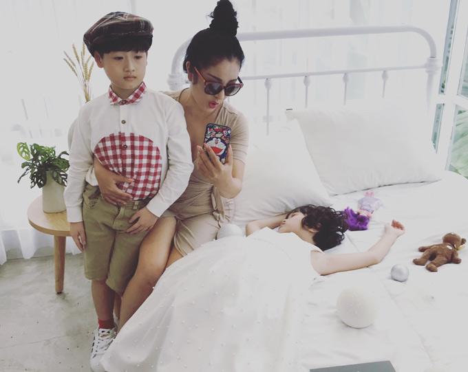 Thúy Nga ghi lại khoảnh khắc con gái cưng hóa công chúa ngủ trong rừng. Bộ ảnh do Producer Nguyễn Thiện Khiêm, chuyên gia trang điểm Dzịt, nhà thiết kế Tay hỗ trợ thực hiện.