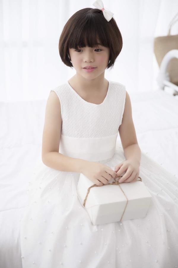 Con gái Thúy Nga đáng yêu như nàng công chúa nhỏ khi mặc váy xòe gam trắng.