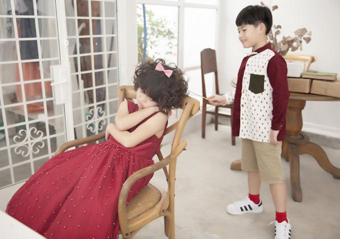 Khi đang chụp ảnh bé Nguyệt Cát bất ngờ ngủ quên. Con trai Lâm Vỹ Dạ gọi nhiều lần nhưng cô bạn nhỏ không thức dậy.