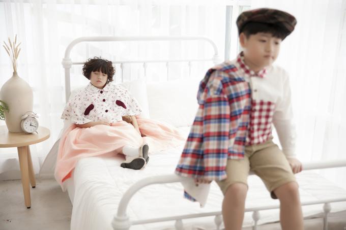 Thỉnh thoảng hai nhóc tỳ cũng được bố mẹ cho làm mẫu ảnh nên không bỡ ngỡ khi đứng trước ống kính.