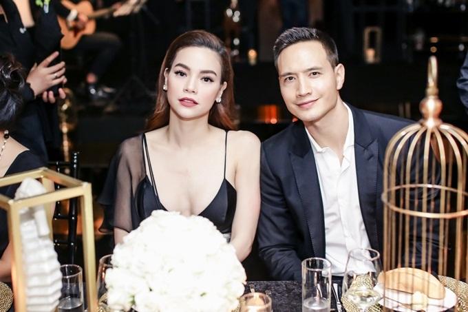 Tối 29/10, cặp đôi Hồ Ngọc Hà - Kim Lý tham dự một sự kiện của doanh nhân Dương Quốc Nam tại TP HCM. Giọng ca Em muốn anh đưa em về khoe vóc dáng trong bộ váy hai dây màu đen sang trọng.