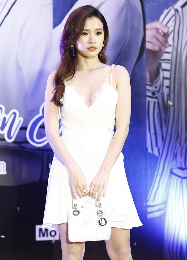 Nữ diễn viên khoe vòng một lấp ló với thiết kế xẻ cổ sâu. Ở tuổi 29 Midu vẫn được nhiều người khen xinh đẹp, quyến rũ.