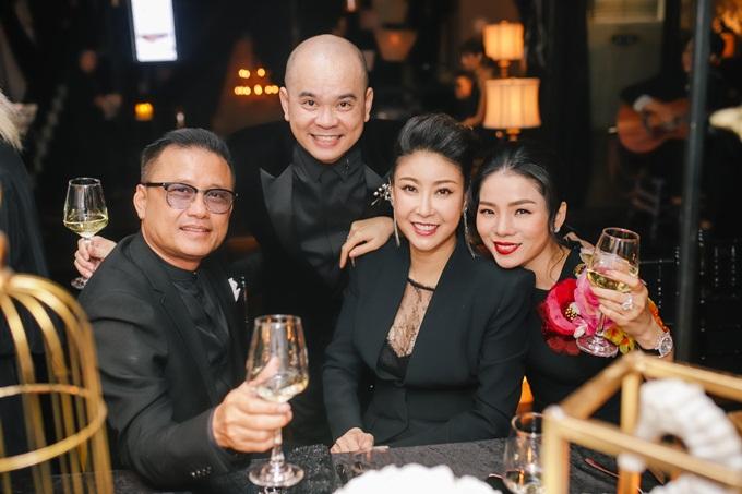 Vợ chồng Hoa hậu Hà Kiều Anh (ngồi, bên trái), ca sĩ Lệ Quyên (phải) chụp hình cùng doanh nhân Dương Quốc Nam.