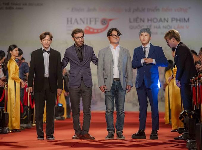 Đạo diễn Sharam Morki (thứ hai từ trái sang) trên thảm đỏ HANIFF 2018.