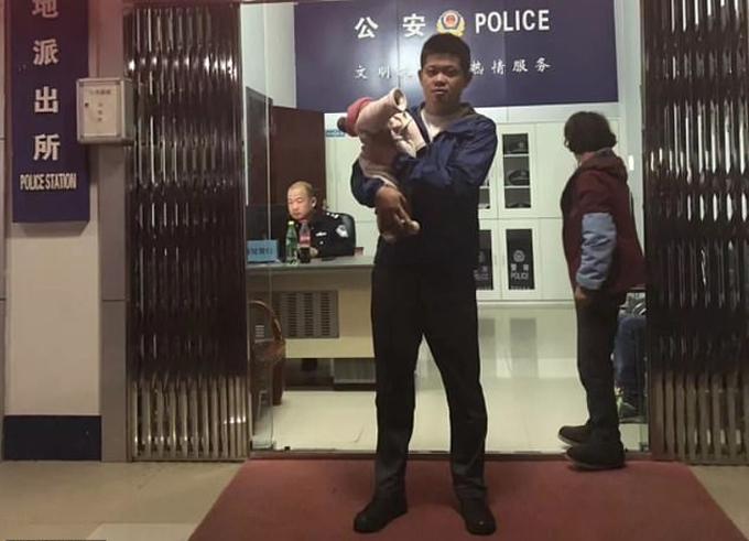 Ông bố bán con gái mới sinh cho người lạ vì muốn có con trai