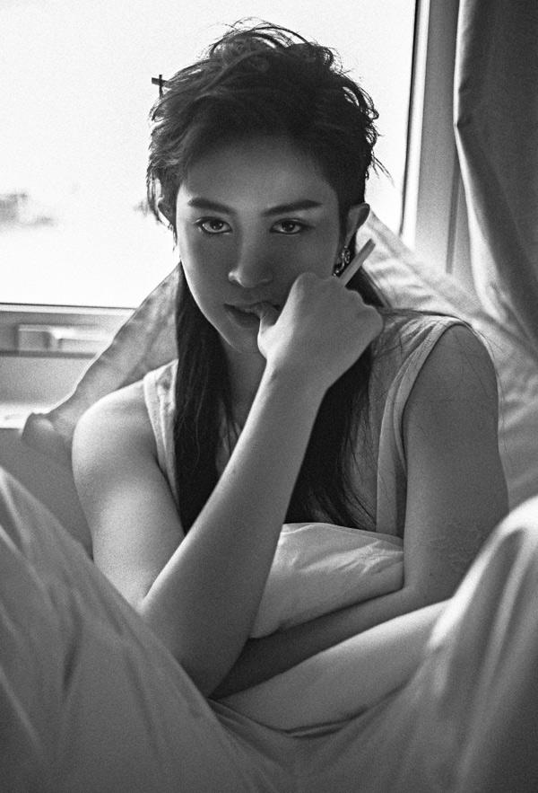 Cuối tuần qua, khi tham gia một đêm nhạc Việt - Hàn tại TP HCM, Gil Lê đã thể hiện ca khúc Người mình yêu chưa chắc đã yêu mình được khán giả ủng hộ nhiệt tình. Nữ ca sĩ quyết định phát hành MV Lyric và thực hiện bộ ảnh với mái tóc dài, quảng bá sản phẩm mới.