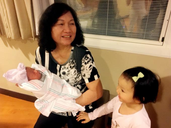 Mẹ Lâm Vũ cũng sang Mỹ giúp vợ chồng con trai chăm cháu nội.