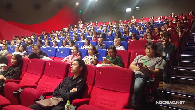 Khán giả gần như phủ kín phòng chiếu của phim Nhắm mắt thấy mùa hè