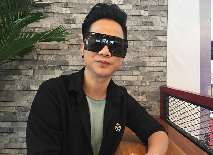 Quách Tuấn Du gây chú ý với kiểu kính lạ.