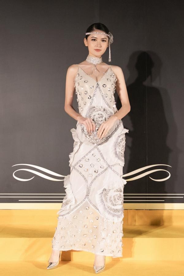 Bộ váy của nhà thiết kế trẻ Phụng Mỹ tôn lên vóc dáng thanh mảnh của Á hậu Thùy Dung. Cô chõn clutch và giày cao gót ton-sur-ton tạo thành tổng thể phù hợp chủ đề đêm tiệc.