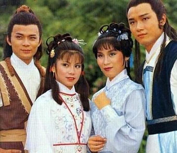 Bốn diễn viên chính của Anh hùng xạ điêu 1983 (trái sang): Huỳnh Nhật Hoa vai Quách Tĩnh, Ông Mỹ Linh vai Hoàng Dung, Dương Phán Phán vai Mục Niệm Từ và Miêu Kiều Vỹ vai Dương Khang