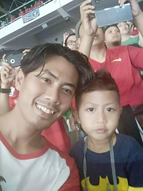 Hình ảnh cuối cùng mà người vợ nhận được từ chồng là khi hai bố con Wahyu (32 tuổi) vàXherdan (4 tuổi) xem bóng đá trênsân vận động Jakarta trước khi gặp nạn. Ảnh: Tribunnews.