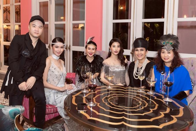 Buổi tiệc còn có sự tham dự của nhà thiết kế Đỗ Mạnh Cường (trái), diễn viên Diễm My (thứ hai từ phải sang).