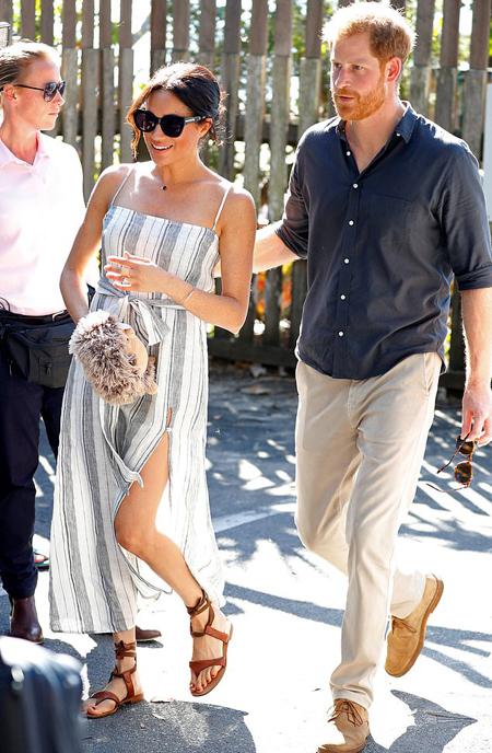 Meghan diện sandal khi cùng chồng đến thăm đảo Fraser, Australia chiều 22/10. Ảnh: Reuters.
