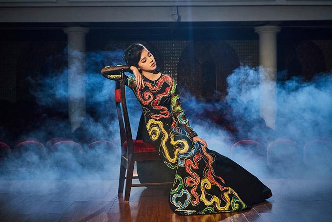 NTK Kenny Thái cho biết, thông qua những trang phục anh muốn kể câu chuyện về nàng ca sĩ đang ở đỉnh cao danh vọng. Phía sau ánh hào quang, sự nổi tiếng là biết bao nỗi niềm cô muốn giấu kín.