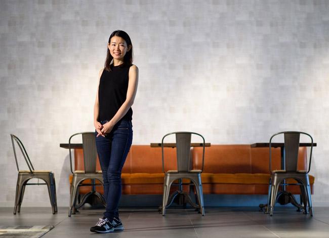 Hiện đã trở thành triệu phú với khối tài sản lên đến 159 triệu USD nhưng Akiko vẫn giữ phong cách trẻ trung năng động và giản dị. Ảnh: Bloomberg.