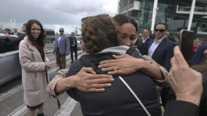 Meghan ôm chầm lấy fan nữ Hannah ở bến càng Viaduct, Auckland sau khi nhìn thấy tấm biển Đó là Hannah từ Instagram, chiều 30/10. Ảnh: Twitter.